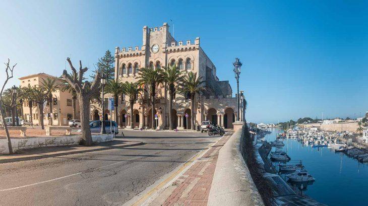 El Ayuntamiento:uno de los edificios más bonitos que ver en Ciudatella